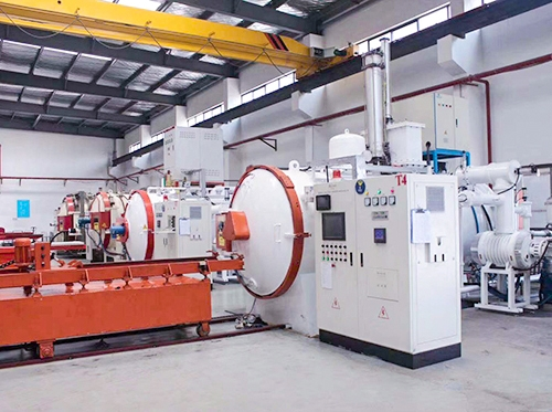Combination of gas quenching furnace and oil quenching furnace